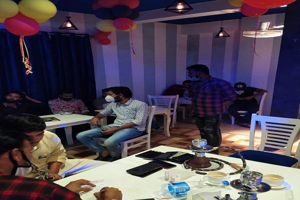 police raids on hookah bar in bhopal