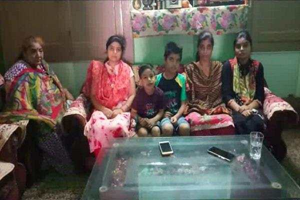 theft of 22 lakhs the life of 2 daughters at stake due to the police game