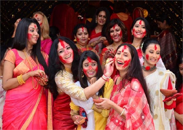 बंगाली रिवाजः दुर्गा पूजा पर महिलाएं खेलती हैं सिंदूर खेला, जानिए इस उत्सव का शुभ मुहूर्त