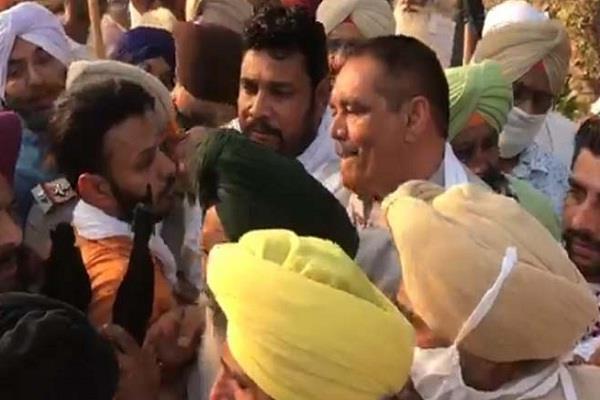 vijay sampla fiercely raging farmers in khadur sahib