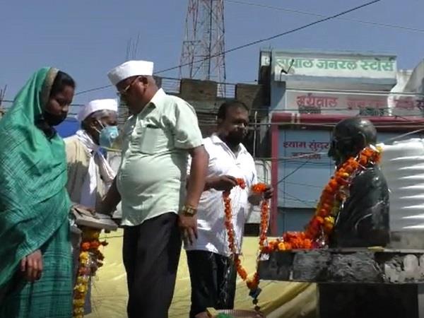 crpf jawans cleaning in barwani on gandhi jayanti