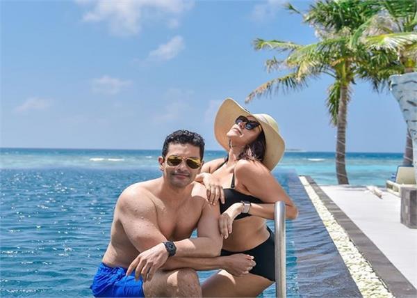 पति के साथ वेकेशन एन्जॉय कर रहीं नेहा धुपिया, पूल में बिकिनी पहने शेयर की तस्वीरें
