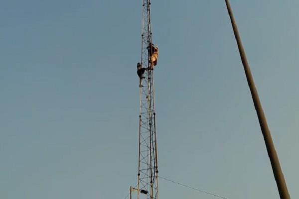 a woman harassed by police climbed the tower see video