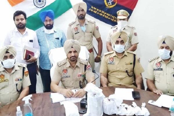 2 smugglers arrested with heroin and drug money