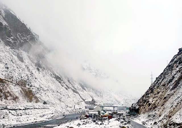 snowfall in baralacha pass