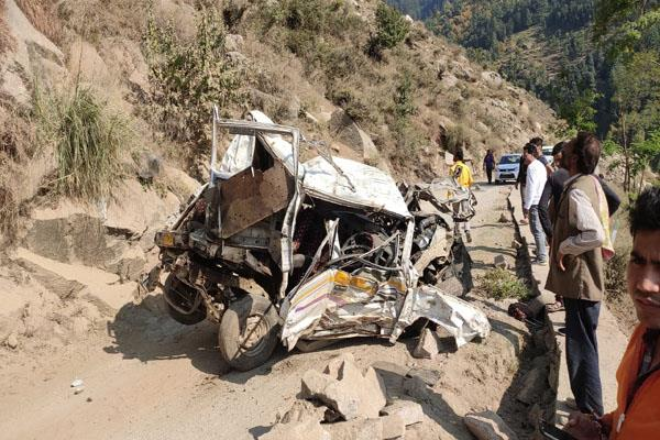 jammu and kashmir three killed eight injured in road accident