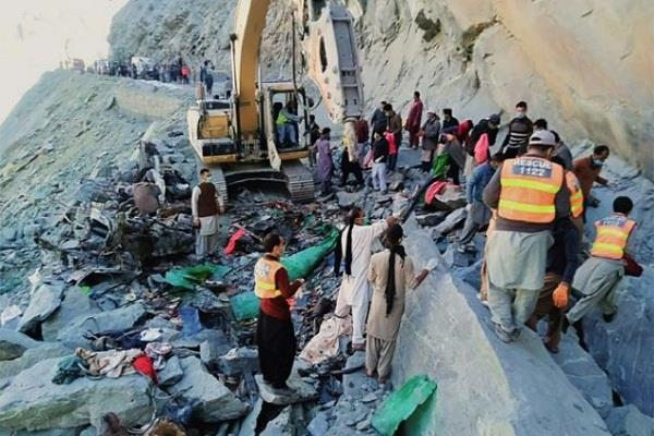 landslides in pakistan killed 16 people in bus accident