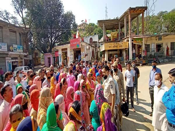 villagers shouted slogans on death of youth