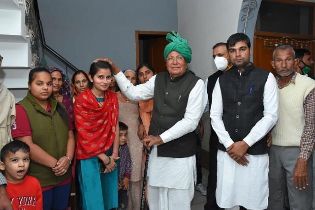 former cm om prakash chautala arrives to bless city councilor