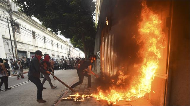 protesters set fire to guatemala s congress building