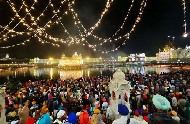 devotees at sri harmandir sahib on light festival of guru ramdas ji