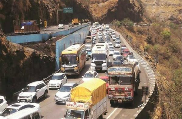 heavy traffic jam on mumbai pune expressway