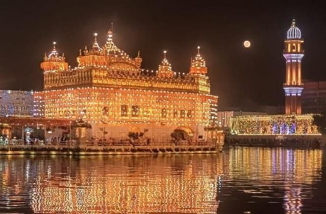 दुल्हन की तरह सजाया गया स्वर्ण मंदिर, श्री गुरु रामदास जी के प्रकाश पर्व पर हुई अलौकिक आतिशबाजी