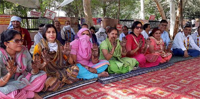 women pti created mehndi on dharna wished long life of husbands