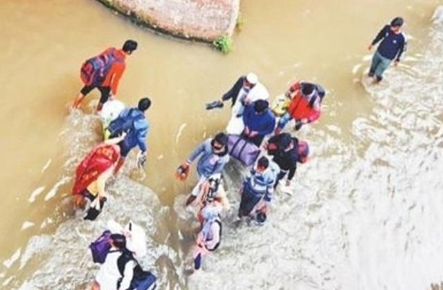 people forced to travel on foot entering ghaggar river due to traffic