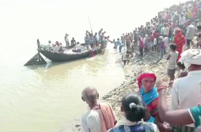 one died after a boat capsized in the ganges river