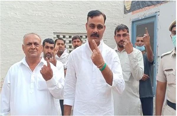 baroda election inlld candidate jogendra malik voted