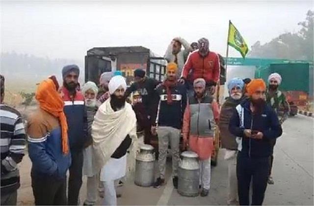 farmers gather along punjab haryana border