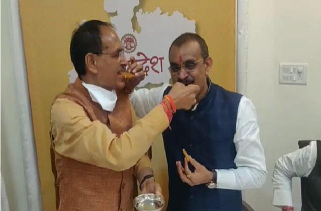 shivraj singh chauhan celebrates by eating jalebi towards victory in mp