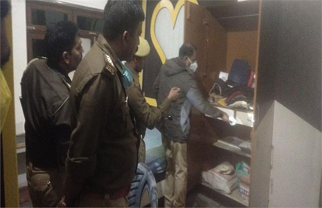 unscrupulous crooks in up 4 lakhs injured after injuring businessman s wife