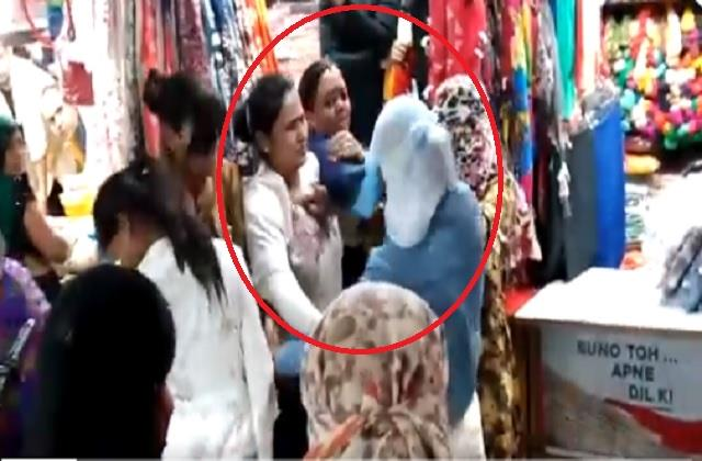omg angry woman strangled after being called aunty ji beaten up girl