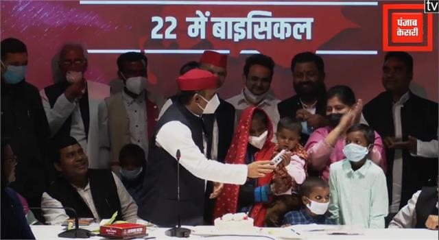 akhilesh yadav celebrated birthday of  khazanchi  metro