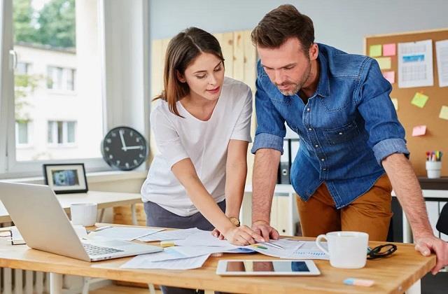वर्किंग कपल्स अपनाएं ये 4 आदतें, रिश्ता मजबूत ही नहीं बनेगा एंटरटेनिंग भी