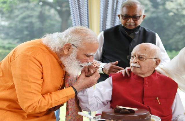 pm modi and amit shah celebrate lk advani birthday