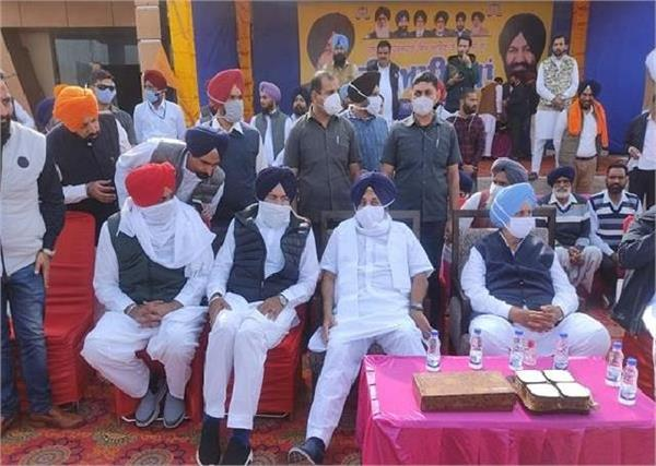 sukhbir singh badal holds meeting with workers