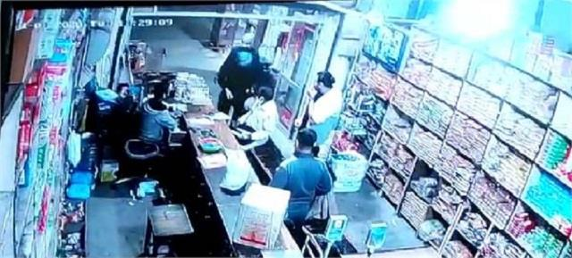 the robbers entered the shop starts firing
