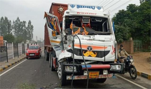 big crash on jalandhar pathankot highway collision between two trucks