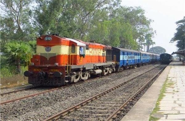 farmers strike on railway track in jandiala guru