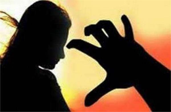 pune woman protests against molestation accused break eye
