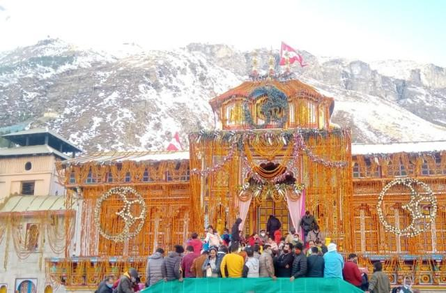 the doors of the closed badrinath temple