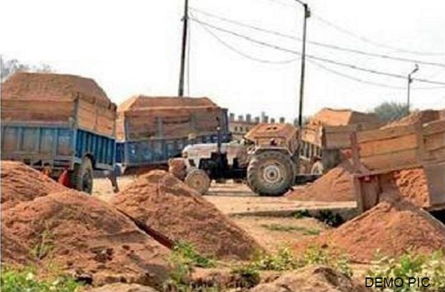 raid in giridih against illegal sand mining sand laden 9 tractor seized