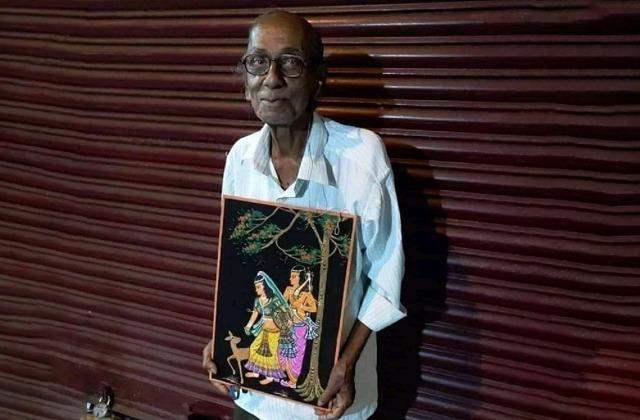 बेसहारा पिता! बच्चों ने घर से निकाला तो 80 साल की उम्र में पेंटिंग बेच पेट पाल रहा ये बुजुर्ग