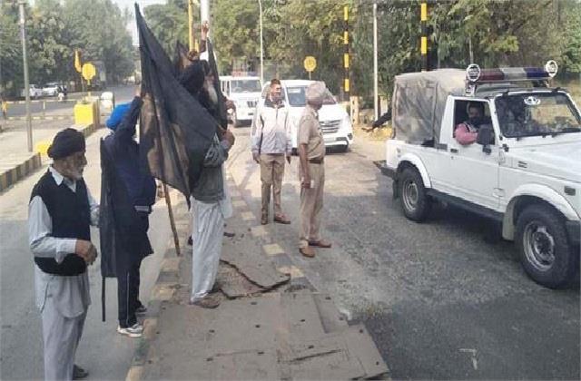 farmers again encircle bjp chief ashwani sharma s convoy at toll plaza