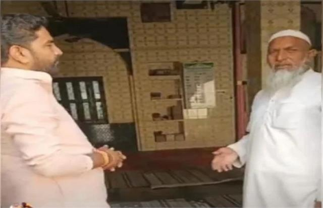 bjp leader reads hanuman chalisa in mosque maulvi said  i gave permission