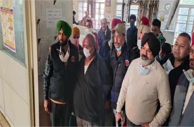 patwari arrested while taking bribe