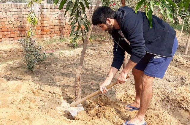 world winner boxer vijender beniwal left delhi and reached his village