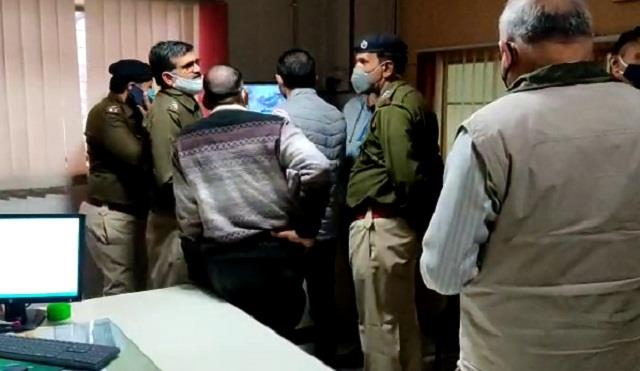 in front of pnb bank s main branch youth snatched rs 3 lakh