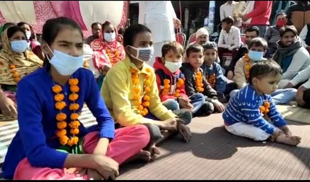 street vendors sitting on strike with children and women