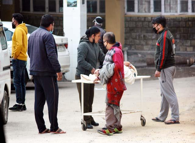 ruckus on death of corona infected woman in dharamshala hospital