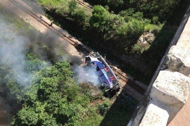 bus plunges off bridge in brazil killing at least 10
