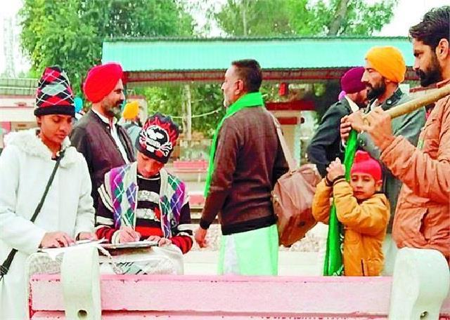 children involved in delhi kisan movement preparing for paper