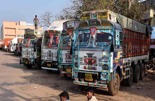 truck owners incur losses of around three crore per day due to fastag report