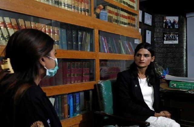 फर्श से अर्श: कभी सड़कों पर भीख मांगती थी निशा, आज है पाकिस्तान की पहली ट्रांसजेंडर वकील