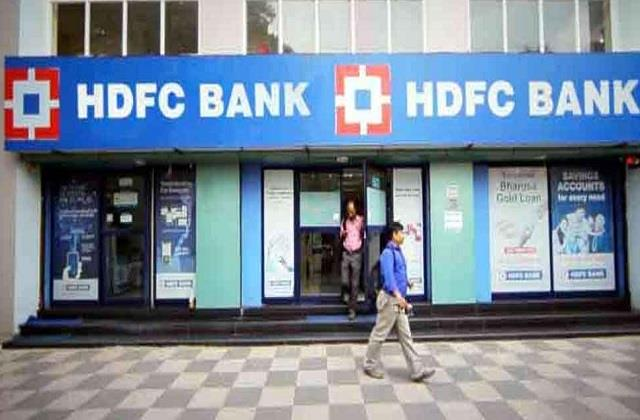 rbi prohibits hdfc bank to issue new credit cards