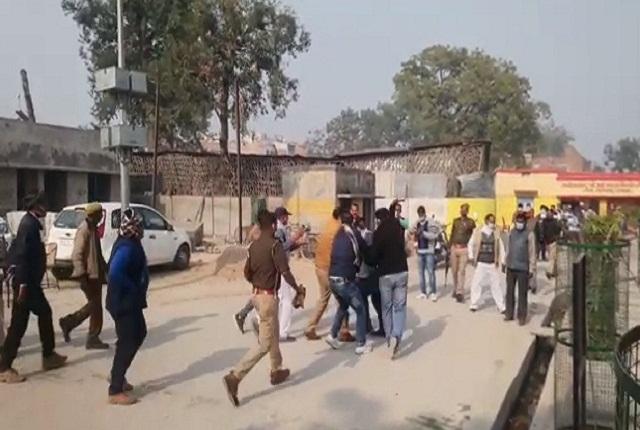 मतदान केंद्र पर पुलिस व्यवस्था की खुली पोल, भाजपा बूथ एजेंट ने मतदाता को जमकर पीटा - mobile
