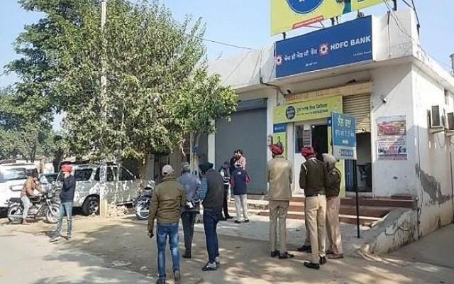 robbers escaped by cutting 26 lakh rupees from atm